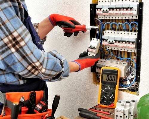 eletricista-ligando-padrao