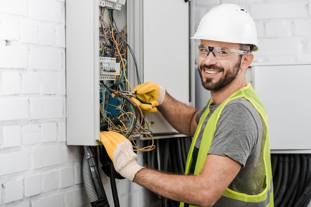 eletricista profissional trabalhando_
