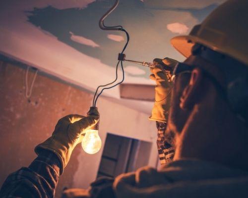 eletricista-com-multimetro